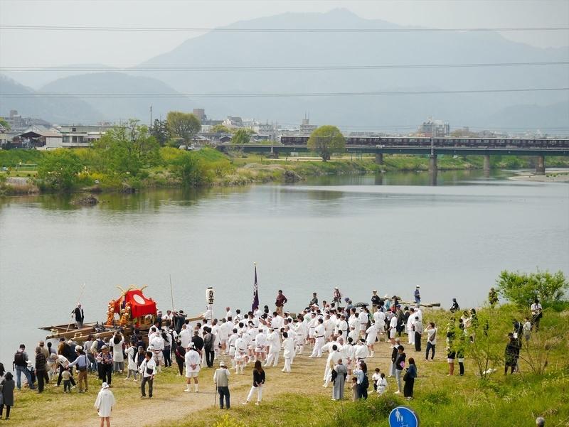 松尾祭神幸祭船渡御を終えて 背景愛宕山