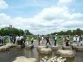 遠く橋を渡る葵祭巡幸列と飛び石橋を渡る見物客@鴨川デルタ