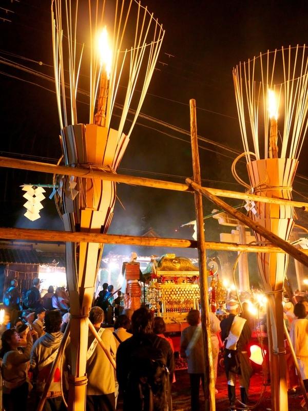 御旅所に向かう神輿と神楽松明@鞍馬火祭り