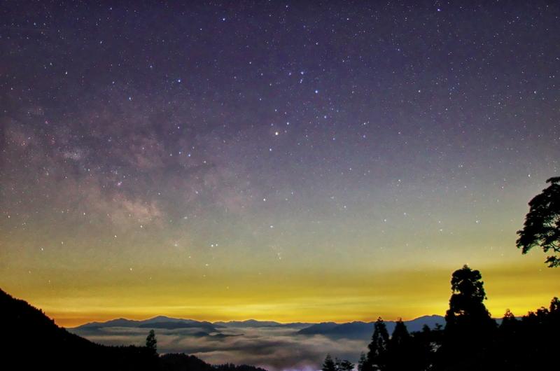 雲海の向こうに昇るサソリ@おにゅう峠
