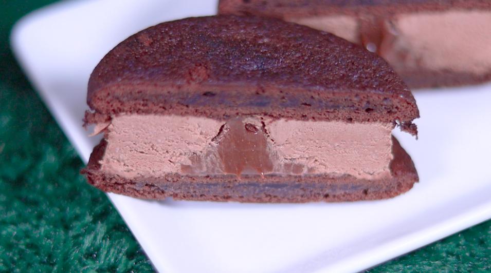 森永製菓 チョコ好きのためのブラウニーサンドアイス ファミマ ファミリーマート