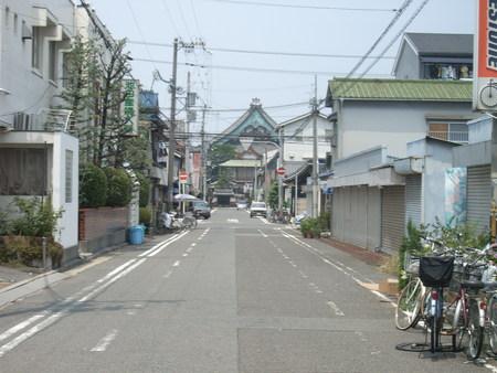 道の向こうに本願寺の大屋根
