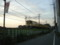 線路端の道。この先に黒目川を渡るガードがある。