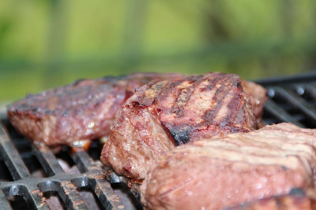 赤身の肉は代謝をアップさせるダイエット中におすすめの食べ物