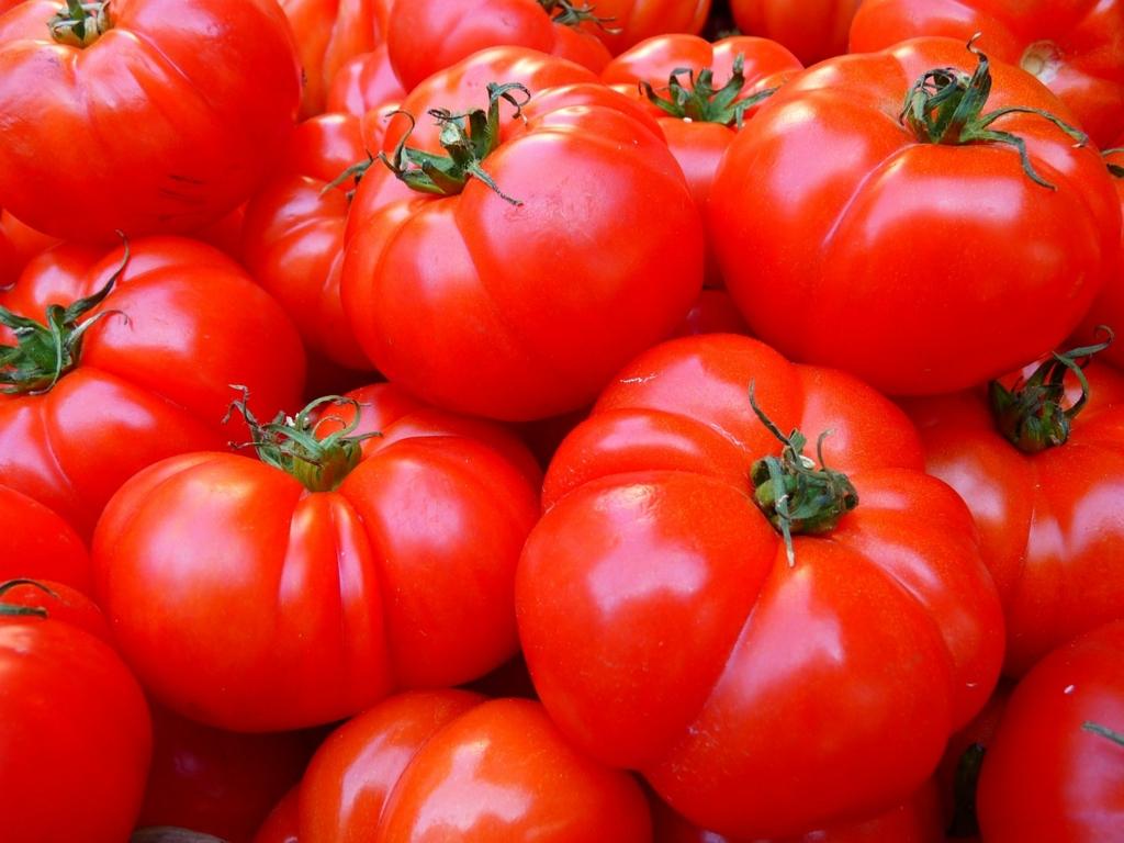 医者は自分の健康のためにトマトを食べている