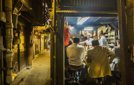 外国人観光客に大人気の新宿ゴールデン街の魅力