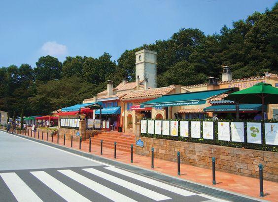 ヨーロッパの街並みを再現した高速道路のサービスエリア