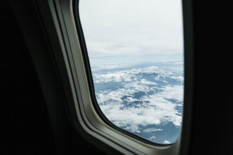 飛行機の中で仕事をしてはいけないワケとは?