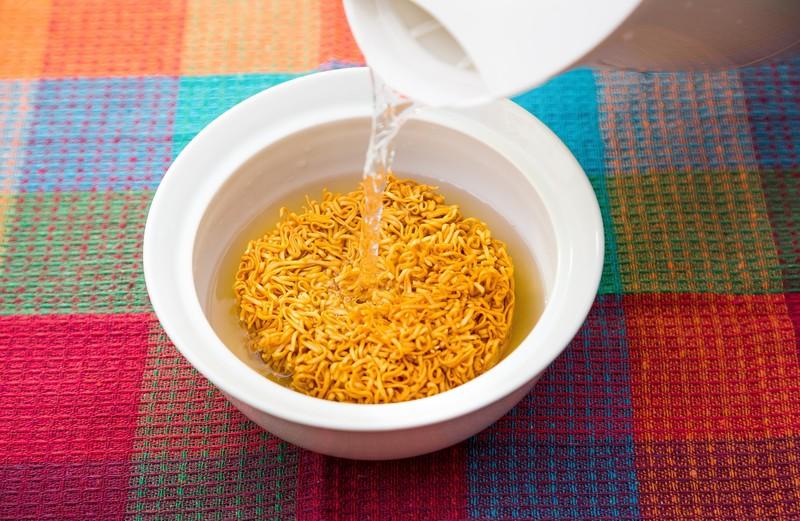 インスタントラーメンにはお湯を2度入れて健康的に食べる