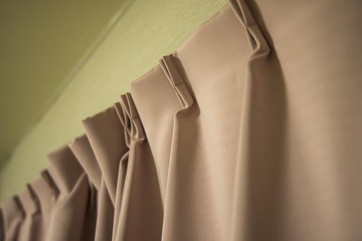 寒い部屋を暖めるには厚手のカーテンを使う