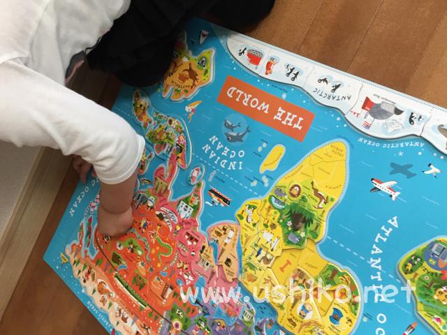世界地図パズルに夢中になる2歳むすめ