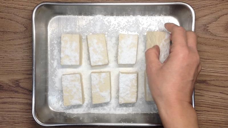 片栗粉を豆腐につける