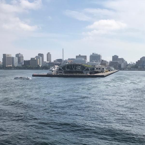 遠ざかる大桟橋