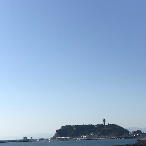 鎌倉高校前駅から江ノ島を見る