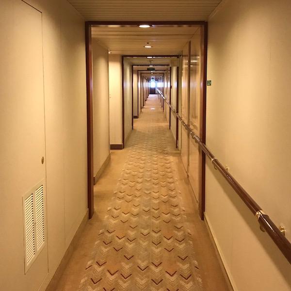 客室の長い廊下