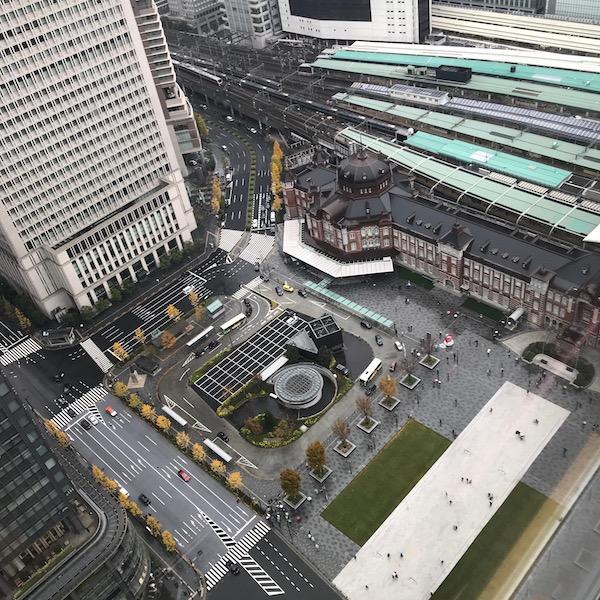 丸ビルから東京駅を見下ろす