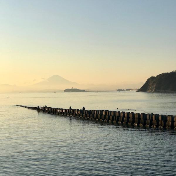 逗子海岸から眺める江ノ島と富士山