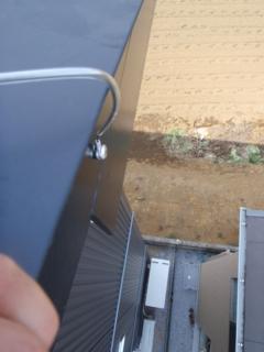 切妻屋根ですから、上から支線釘打ちます。