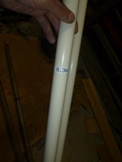 臨時で建てる6.3mの鋼管ポールの目標深さをテプラで張っておく。
