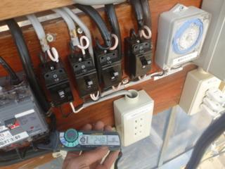 クランプメーターで3列分の電流値を測定です。