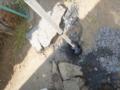 アスファルト下を穴掘りスコップで掘る。