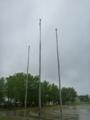 地元小学校で国旗掲揚塔に国旗が絡まっていました。
