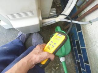 リークテスターで接続部のガス漏れチェック。