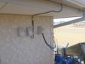 引込金具 豚のしっぽとCVのエフコ巻、アンテナケーブルも屋根上へ。