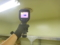 室内機の吹き出し温度を測定中。