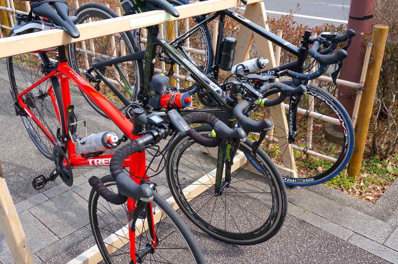 津久井湖の休憩所にサイクルラックが設置された