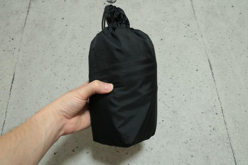 サンダーパスジャケットを収納袋にいれた