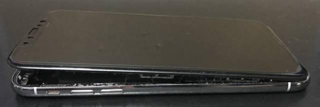 バッテリー膨張で大きく口をあけたiPhone Xの写真