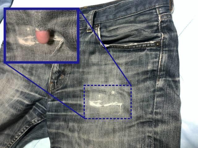 補修した部分の上に穴の空いたジーンズ