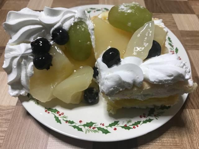 皿に取り分けたコストコの洋ナシスコップケーキ