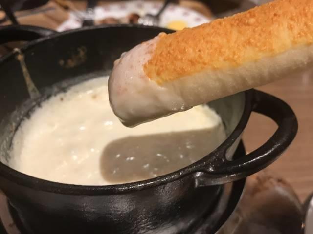 チーズフォンデュで頂くパン