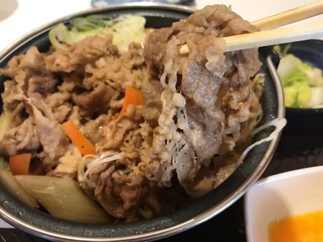 吉野家の牛すき鍋膳の肉2倍盛
