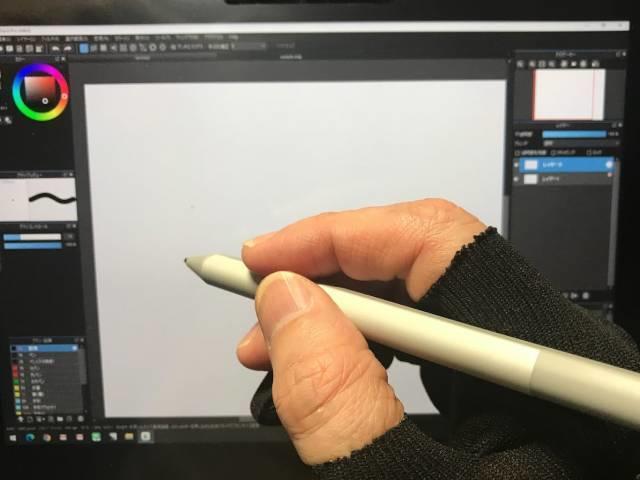 カットした手袋とペン