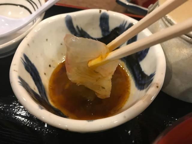 鯛に卵黄醤油を付けてご飯に