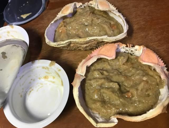 解凍した蟹味噌を甲羅に詰める