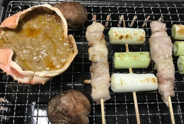 炉ばた焼器で蟹味噌甲羅焼、やきとり、しいたけ、長ネギ
