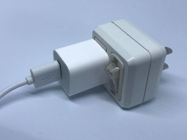 USB電源アダプターと百均のスイッチ付き電源タップ