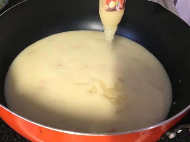 チキンドリアソースににんにくチューブをブチ込む