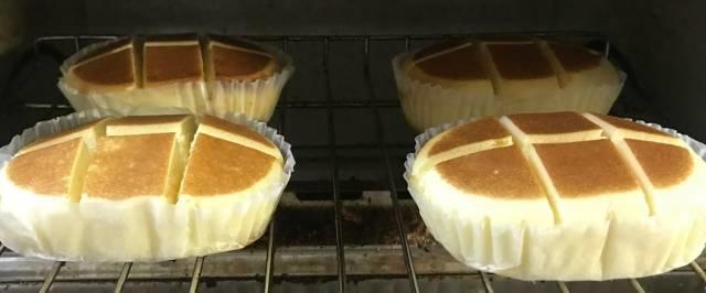 切れ目を入れた北海道チーズ蒸しケーキminiをオーブントースターで焼く