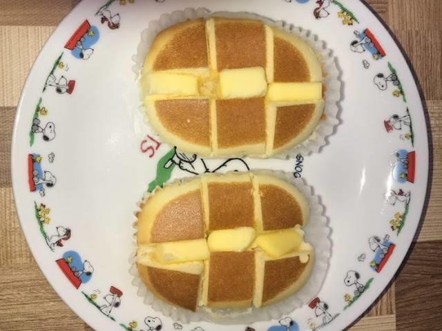 焼いた北海道チーズ蒸しケーキminiの切れ目にバターを突っ込む