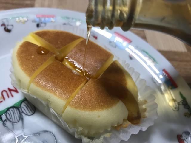 バターの染み込んだ北海道チーズ蒸しケーキminiにメープルシロップをかける
