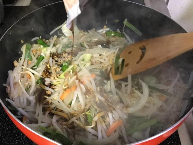 ひき肉、もやし、ニラを炒めて調味の素と鷹の爪で味付け