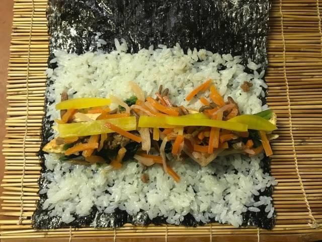 海苔の上にご飯と具材を載せる