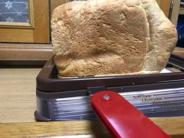 「ヨコ切りパンスライサー」を使って食パンを最後まで切る
