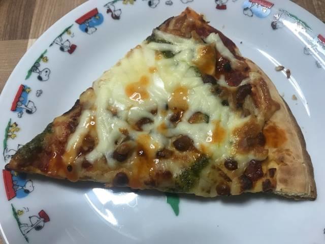 カットしたロピアのマルゲリータピザ