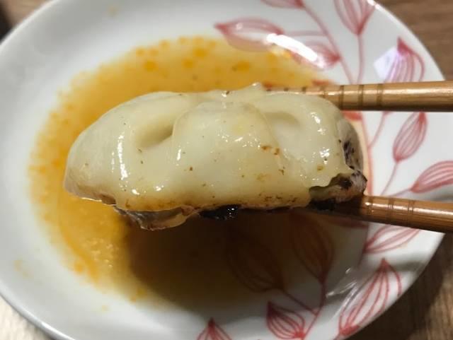 フライパンで焼いた「冷凍生小籠包」を食べる